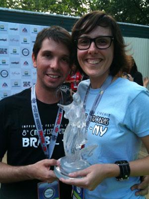 A diretora Fernanda Tornaghi e o produtor Daniel Van Hogstraten comemoraram a vitória.