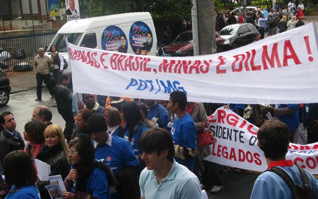 Militantes do PDT seguram faixa de apoio a Dilma