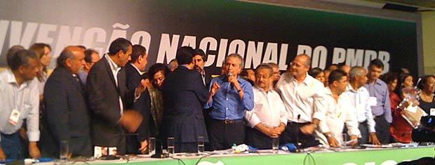 Ao centro, de camisa azul, o presidente da Câmara, Michel Temer (PMDB-SP), discusa na convenção nacional do PMDB, neste sábado (12), em Brasília