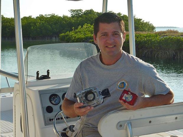 Paul Shultz exibe equipamento que encontrou no mar