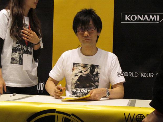 Hideo Kojima, criador da famosa série 'Metal gear' participou do lançamento do seu novo game, 'Metal gear solid: peace walker', nos EUA. Durante três horas distribuiu autógrafos e tirou fotos com os fãs.
