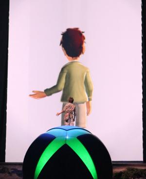 Homem demonstra o sensor de movimento Kinect em evento em Los Angeles.
