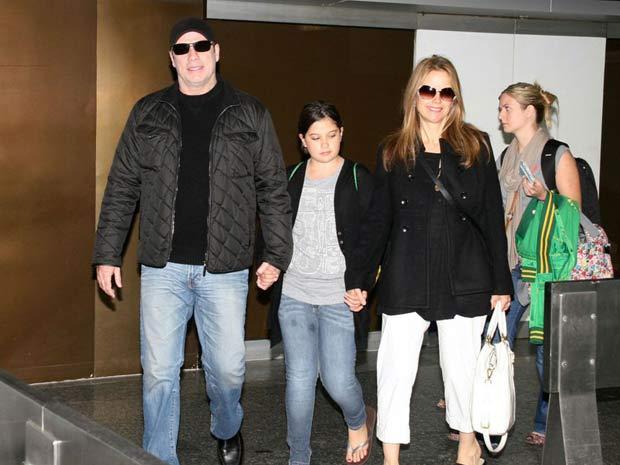 John Travolta chega com a família para evento de