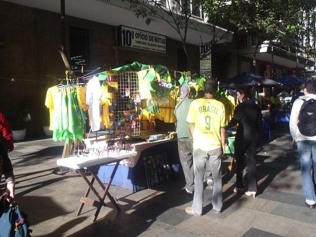 Camelôs vendem acessórios para torcida no Rio de Janeiro