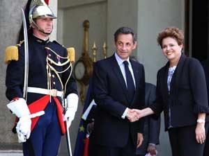 O presidente francês, Nicolas Sarkozy (2ºe), cumprimenta a ex-ministra da Casa Civil brasileira e candidata do PT à Presidência da República do Brasil, Dilma Rousseff, durante encontro no Palácio Eliseu, em Paris, nesta quarta-feira.