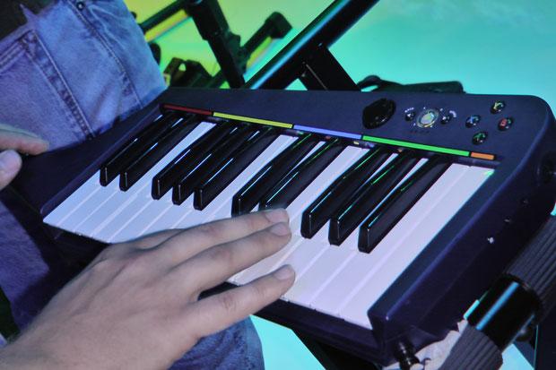 Teclado 'keytar'é a novidade no título musical.
