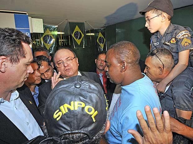 G1  Policiais fazem protesto na Câmara por piso salarial  notícias em Política -> Conversa Banheiro Feminino