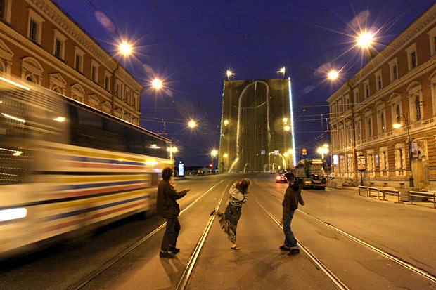 Russos desenham pênis gigante de 65 metros em ponte.