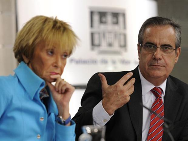 A vice-primeira-ministra espanhola, Maria Teresa Fernandez de la Vega, e o ministro do Trabalho, Celestino Corbacho, falam à imprensa nesta quarta-feira.