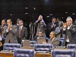 Senadores aplaudem a aprovação do Estatuto da Igualdade Racial nesta quarta-feira (16)