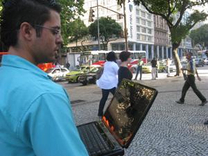 Usuário testa internet grátis na Avenida Presidente Vargas