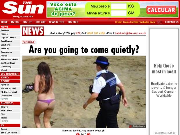 Mulher é acompanhada por um dos seis policiais que interromperam sessão de sexo na praia