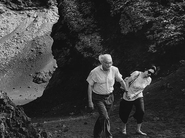 José Saramago e sua esposa, a jornalista Pilar del Río, em Lanzarote, Espanha