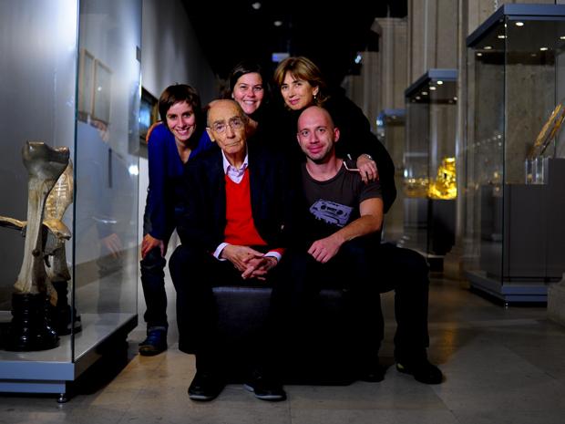 Saramago e Pilar (à direita), com a equipe por trás do documentário 'José & Pilar'