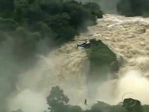 Vítimas  da chuva são resgatadas de helicóptero em Pernambuco