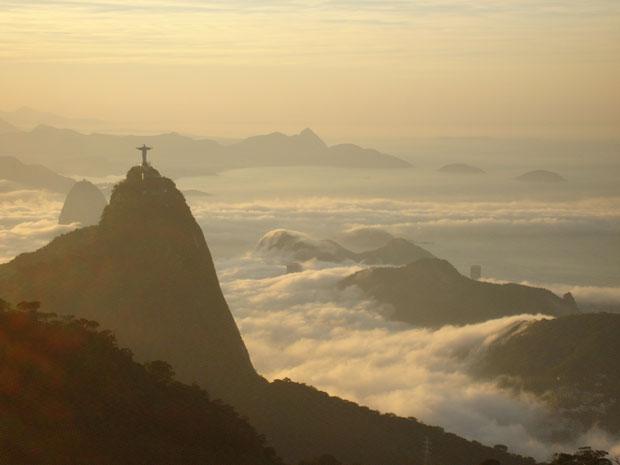 Paisagem do Rio ficou coberta pelas nuvens na manhã deste sábado