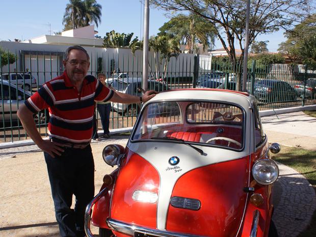 Colecionador posa ao lado de seu Romi-Isetta