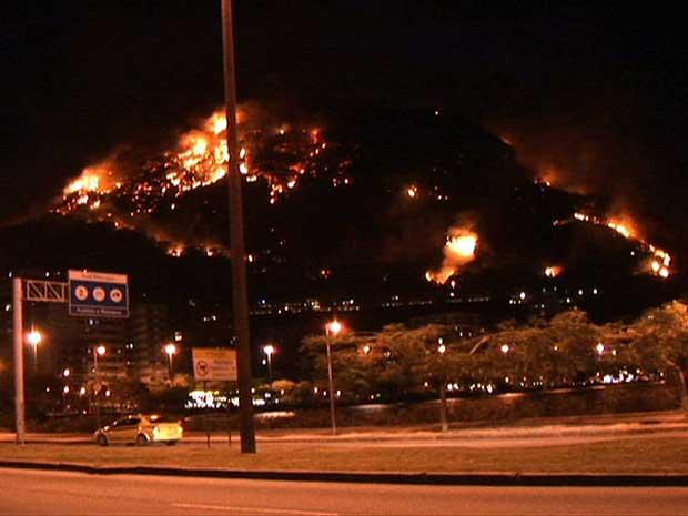 Incêndio no Morro dos Cabritos pôde ser visto de vários bairros do Rio de Janeiro.