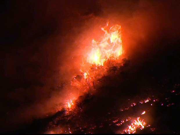 Ventos fortes e clima seco ajudaram a alastrar as chamas pelo Morro dos Cabritos.