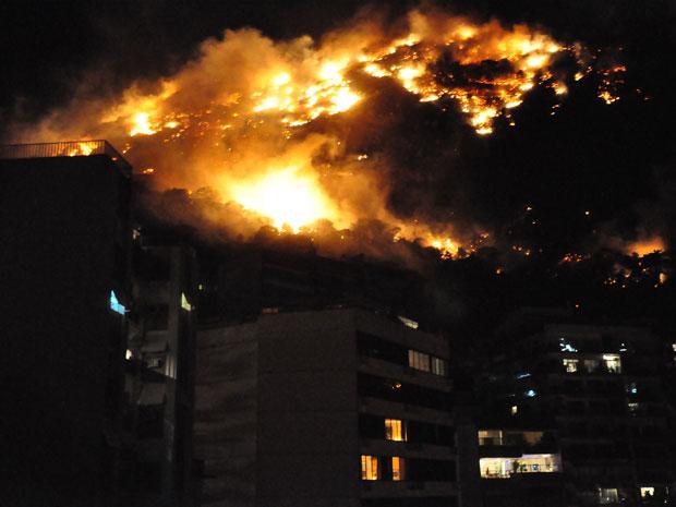 Internauta mostra incêndio sobre prédios da região da Lagoa