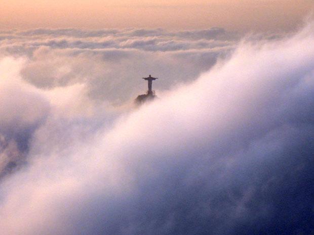 Cristo Redentor coberto pelas nuvens
