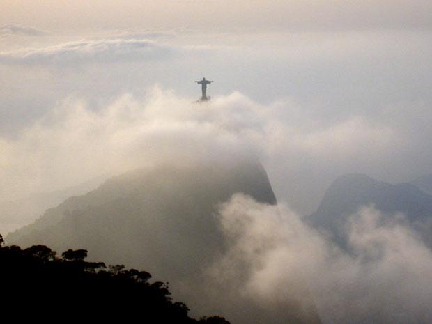 Imagem do Cristo Redentor entre as nuvens que cobrem o Rio