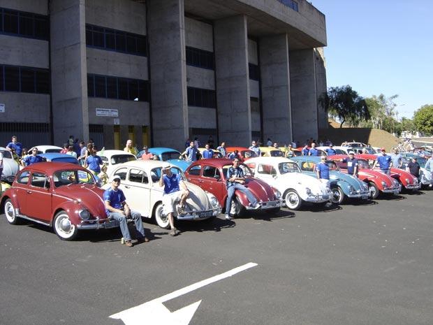 Proprietários de Fuscas e seus carros queridos