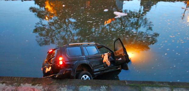 Carro do ator caiu em arroio, em Porto Alegre