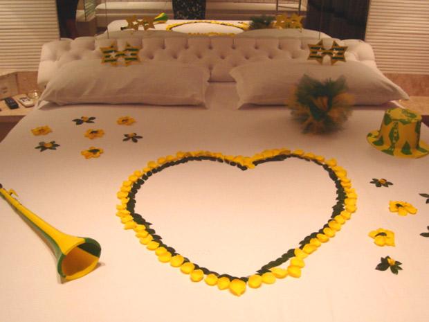 Petalas de rosas verde e amarelas enfeitam a cama do Hotel  Villa Reggia