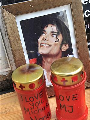 Velas deixadas para Michael Jackson nesta terça-feira (22) por fãs na Alemanha.