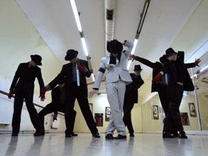 Fãs de Michael Jackson se reúnem na Hungria para ensaiar para  um tributo ao cantor que acontece na sexta (25).