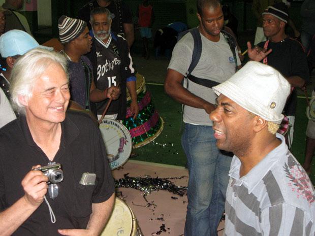 Jimmy Page, lendário guitarrista da banda britânica Led  Zeppelin, ao lado do músico Ivo Meirelles. Page, que não quis falar com a  imprensa, deve visitar ainda outras escolas de samba cariocas. Ele fica  no Rio até a próxima segunda-feira (28).