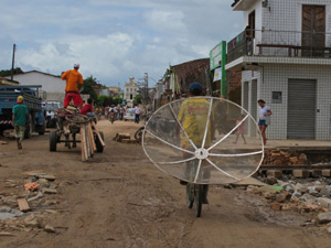 Morador usa bicicleta para levar antena parabólica