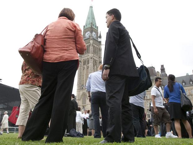 Políticos e assessores deixam o prédio do parlamento após terremoto nesta quarta-feira (23) em Ottawa.