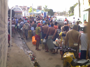 População faz fila para coletar água potável