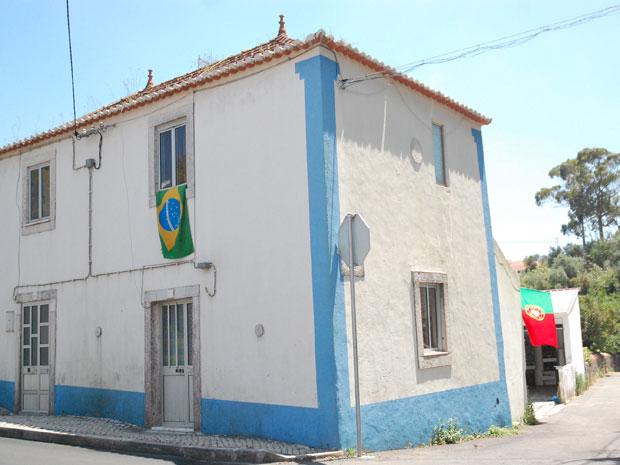 Casa em Sabugal tem bandeiras do Brasil e de Portugal por causa da Copa do Mundo