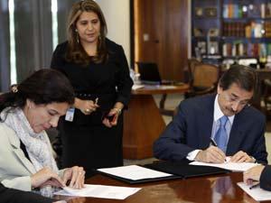 O presidente do STF, ministro Cezar Peluso, e a presidente da Caixa Econômica Federal, Maria Fernanda Coelho (à esquerda), nesta quarta (23)