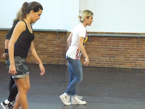 Wanessa e a apresentadora do Multishow Luisa Micheletti, praticam o Moonwalk em academia de SP