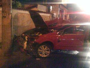 Carro colidiu contra o muro de uma casa