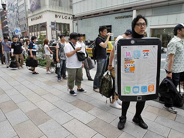 Em Tóquio, vendas do iPhone 4 provocaram filas na frente da loja da Apple.