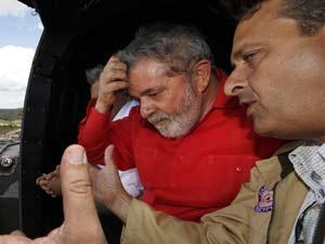 O presidente Lula sobrevoa áreas atingidas pelas enchentes ao lado do governador de Pernambuco, Eduardo Campos (PSB)