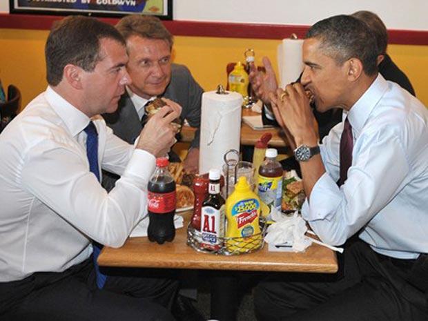 Os colegas deram uma 'escapada' do encontro que mantiveram na Casa Branca para visitar a Ray's Hell, uma das lanchonetes favoritas do presidente dos EUA.