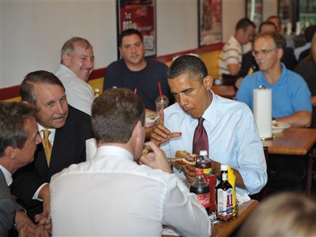 O presidente dos EUA, Barack Obama, e seu colega russo, Dimitri Medvedev, comem hambúrgueres no almoço nesta quinta-feira (24) em Arlington, no estado americano da Virgínia.