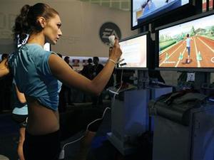 Mulher joga Nintendo Wii em Los Angeles