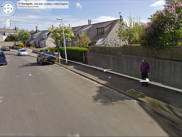 A imagem de um homem com cabeça de cavalo é a mais nova sensação do Google Street View, que registrou a imagem do jovem fantasiado em Abeerden, na Escócia. Segundo a BBC News, mais de um milhão de usuários do sistema já acessaram a cena e apelidaram a fig