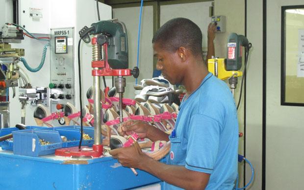 Trabalhador da fábrica Carmen Steffens, em Franca; empresa diz que falta mão de obra qualificada