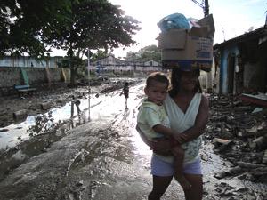 Moradores de Rio Largo tentam retomar a rotina de antes da  enchente