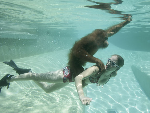 Moksha Bybee e Suryia posam debaixo d'água