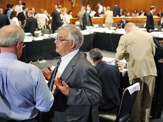 Congressistas conversam no intervalo de debates sobre a reforma financeira, em Washington, nesta quinta-feira (24)