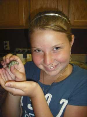 Carley Helm posa com sua pequena tartaruga